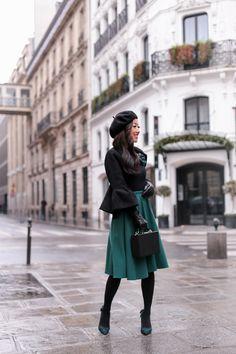 Black turtleneck sweater+dark green midi skirt+black tights+green checked pumps+black tweed bell sleeves jacket+green brooch+black beret+black handbag. Winter Business Casual Outfit 2017-2018