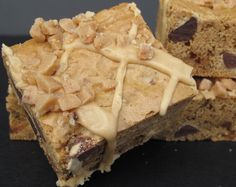 Biscoff Toffee Crunch Bars with Biscoff Icing- chewy cookie butter blondie with chocolate chips and toffee bits with cookie butter icing!   The Monday Box