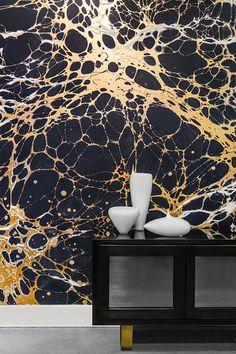 Goud, een goede investering voor het interieur. Vooral met aangebrachte structuur zoals op deze muur. Kleurentrend voor 2015.