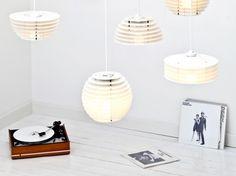 Das Hamburger Label Lockengelöt fertigt aus ehemaligen Schallplatten weiße Leuchten im Stil der 50er und 60er Jahre.