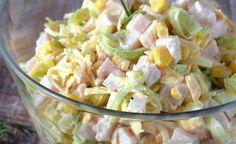 Tento šalát je najlepší poriadne vychladený. Ide hlavne o syr, ktorý pri vyšších teplotách zmäkne. Nielen teplota, ale aj kvalita ingrediencií sú v tomto recepte rozhodujúce. Je samozrejme nutné milovať aj túto kombináciu potravín. Zloženie : 1-2 grilované kuracie prsia 1 sklíčko kukurice 1 veľký pór 150 g žltého tvrdého syra 1-2 lyžice majonézy 3 lyžice hustej smotany alebo