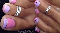 Őrült pedikűr ötlet, de működik! Csak 3 összetevő és lőttek a bőrkeményedésnek! Toe Nails, Pink Nails, Toe Nail Designs, Lilac, Beauty, Stripes, Colorful, Nailed It, Pretty Gel Nails
