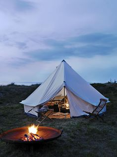 RV And Camping. Great Ideas To Think About Before Your Camping Trip. For many, camping provides a relaxing way to reconnect with the natural world. If camping is something that you want to do, then you need to have some idea Zelt Camping, Camping Glamping, Camping Hacks, Camping Ideas, Luxury Camping, Camping Checklist, Camping Style, Beach Camping, Camping Activities