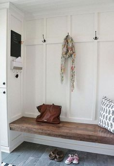 Rustic farmhouse mudroom decorating ideas (32)