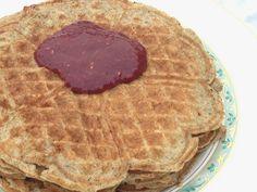 Sukkerfrie vafler på dejen til amerikanske low carb pandekager, glutenfrie og serveret med jordbærmarmelade med chiafrø på CDJetteDCs LCHF opskrifter. Husk pandekagedagen 1. tirsdag efter fastelavn!