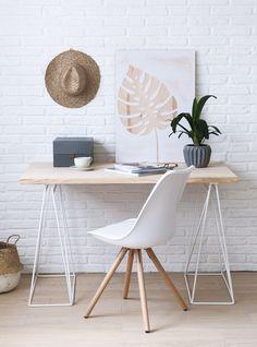 Kenay-Ivy-silla-blanca. Estudio con escritorio y silla en blanco y madera