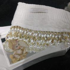 kit toalha + cabide + porta papel hig. no Elo7 | Saboaria Das Fadas (8210C1) Silk Ribbon, Buettner, Toque, Pearl Embroidery, Grocery Basket, Decorative Towels, Bunting Garland