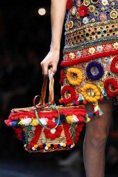 Borsa cestino di vimini con applicazioni multicolor della collezione borse Dolce e Gabbana primavera/estate 2016.