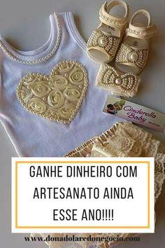 SALVE ESTE PIN!!! Ainda da tempo de ganhar dinheiro com artesanato ainda este ano. São muitos tipos e você pode escolher qual se identifica, no curso sapatinhos de bebes você aprende a fazer kits personalizados infantis de luxo, laço de luxo, faixas de luxo, sapatinho de bebê ... clique aqui e veja mais!!!! #artesanato #laçosdeluxo #rendaextra #faixasdeluxo #diy #sapatinhosdebebe #sapatinhoinfantil #artesanatoparaganhardinheiro Romper Dress, Baby Dress, Baby Booties, Baby Shoes, Baby Gear, Sewing, Diy, Craft Business, Toddler Arts And Crafts