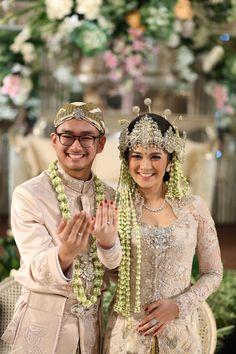 Pernikahan Adat Sunda dengan Nuansa Garden - {Casper & Me} Wedding Couple Poses, Couple Posing, Wedding Couples, Wedding Outfits, Kebaya Wedding, Muslimah Wedding Dress, Javanese Wedding, Indonesian Wedding, Foto Wedding
