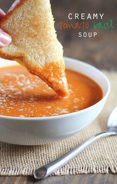 You're gonna absolutely LOVE this easy and creamy Tomato Basil Soup that is bursting with flavor! ---> http://tipsalud.com
