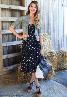 Jessica Alba - Look of the Day - InStyle - polka dot dress, espadrille sandals and jean jacket Street Style Jessica Alba, Jessica Alba Dress, Jessica Alba Hot, How To Wear Denim Jacket, Vestido Dot, Mode Outfits, Fashion Outfits, Dress Fashion, Denim Outfits