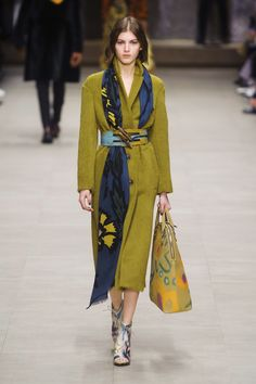: how to wear a scarf - burberry Casual Dress Outfits, Classic Outfits, Look Fashion, Womens Fashion, Kimono Outfit, Cold Weather Fashion, How To Wear Scarves, Burberry, Casual Chic