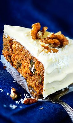 Goat Cheese Cake with Hazelnut, Easy and Cheap - Clean Eating Snacks Cheap Clean Eating, Clean Eating Snacks, Carrot Cake Cheesecake, Cold Cake, Clotted Cream, Non Stick Pan, Savoury Cake, Cake Mold, Mini Cakes