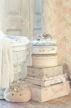 French and Faded ~ Cottage Style Decor, Cottage Chic, Country Decor, Fabric Covered Boxes, Shabby Look, Old Boxes, Shabby Chic Bedrooms, Diy Interior, Pink Christmas