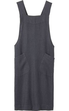 Apron in good quality, slubby, robust washed linen from the Baltic. Two, wide straps cross over at the back. Two patch pockets. Sewing Aprons, Sewing Clothes, Japanese Apron, Linen Apron, Build A Wardrobe, Apron Dress, Simple Outfits, Dress Patterns, Lounge Wear