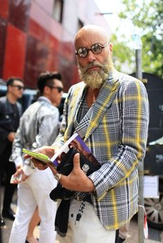 Milan Men's Fashion Week street style [Photo by Kuba Dabrowski] I'm totally digging the look of this guy. I think this is what my husband might possibly look like in years to come. Old Man Fashion, Fashion Over 40, Mens Fashion, Look 2015, Milan Men's Fashion Week, Look Man, Style Casual, Men's Style, Sport Style