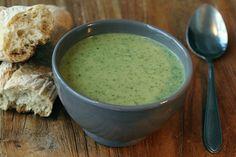 Deze groene soep heb je in een handomdraai op tafel. Een makkelijke manier om veel groenten binnen te krijgen!