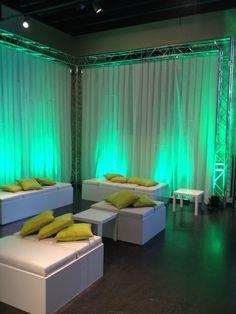 Lounge meubilair met groene kussens