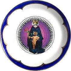Pequeño plato antiguo de porcelana  12cm Ø con bordes dorados y aplicación de nuestra imagen tigresa. Preferentemente para uso decorativo, no apto para lavavajillas y microondas.