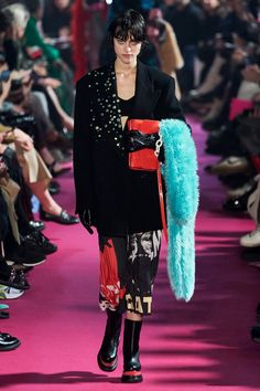 MSGM Fall 2020 Ready-to-Wear collection, runway looks, beauty, models, and reviews. 2020 Fashion Trends, Fashion Week, Star Fashion, New Fashion, Vogue Paris, Street Style Edgy, Street Styles, Vogue Russia, Fashion Show Collection