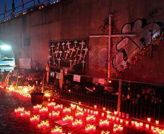 La città tedesca di Duisburg ricorda le vittime della LoveParade con candele, fiori, lettere e croci nel secondo anniversario. La LoveParade, il popolare festival di musica dance nato nel 1989 a Berlino e replicato poi in tutto il mondo, si è trasformato nel 2010 in una delle più sanguinose stragi degli ultimi trent'anni. Tra le 19 vittime anche una studentessa italiana.