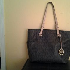 Authentic Mk purse Authentic Mk purse in New condition Michael Kors Bags Shoulder Bags