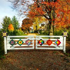 Gardiner's Gate Barn Quilts More. I love this idea for our driveway! Barn Quilt Designs, Barn Quilt Patterns, Quilting Designs, Mosaic Patterns, Painted Barn Quilts, Farm Quilt, Barn Art, Old Barns, Country Barns