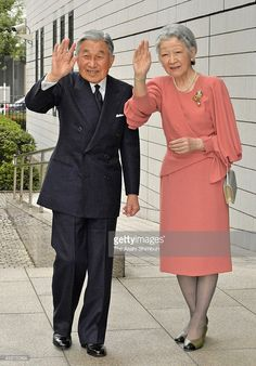 emperor-akihito-and-empress-michiko-attend-the-metropolitan-police-picture-id458750694 (714×1024)