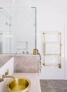 Bathroom design trend Brass, interior – do pallet