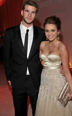 Woww I'm totally in love with miley's dress!! #iwannagotoaball #champagne