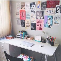 simple desk and awesome art wall Study Room Decor, Cute Room Decor, Bedroom Decor, Room Interior, Interior Design Living Room, Room Decor For Teen Girls, Study Corner, Simple Desk, Aesthetic Room Decor
