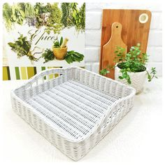 Плетение из газет White Serving Tray, White Tray, Wicker Tray, Wicker Baskets, Kitchen Dining, Kitchen Decor, Square Tray, Storage Baskets, Interior Styling