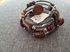 Brown spiral bracelet Brown memory bracelet by LesBijouxLibellule Memory Wire Bracelets, Jewelry Bracelets, Brown Necklaces, Gifts For Women, Gifts For Her, Cardboard Jewelry Boxes, Caramel Brown, Fashion Mode, Artisanal