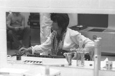 Keith Richards of The Rolling Stones is photographed tuning his... ニュース写真 | Getty Images