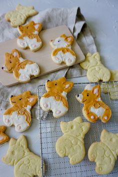 Corgi Popo Kekse - Anjas Backbuch Sugar, Cookies, Desserts, Food, Food Coloring, Small Dogs, Backen, Eten, Crack Crackers