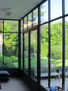 Realisaties veranda's - Seby Veranda's | Veranda - Pergola - Orangerie - Tuinkamer | Merchtem Garden Lodge, House Extensions, Small Living Rooms, Glass House, Sliding Glass Door, Bay Window, House Front, Architecture, Home Deco