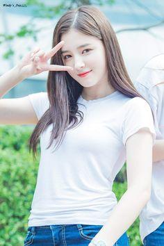Foto masih gadis Felicya Elvina, netizen : Gilaa salfok tangannn . Felicya Elvina baru baru ini mengunggah foto nostalgia di akun instagram pribadinya.  Ia mengenakan kaos putih polos dengan lengan keliatan. Netizen pun memuji karena Felicya memang benar benar cantik, netizen pun langsung membanjiri kolom komentar instagram Felicya Elvina dan memuji betapa cantik dan mulusnya dia wktu gadis . Whah