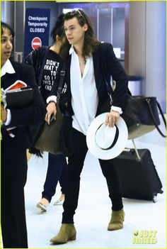 harry styles arrives miami mom anne 05