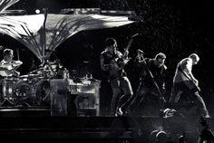 U2 é uma banda de rock irlandesa formada no ano de 1976. O grupo é composto por Bono, The Edge, Adam Clayton e Larry Mullen Jr.. Wikipédia Vocalista: Bono Vox (1976–) Início da carreira: Dublin, República da Irlanda Integrantes: Bono Vox, The Edge, Adam Clayton, Larry Mullen Jr.