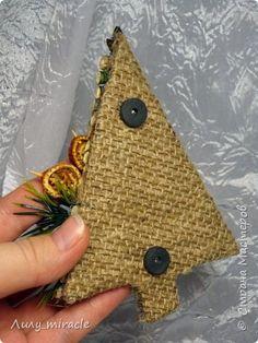 После небольшого перерыва представляю вам свою новинку - оригинальные сувенирные магнитики к Новому году! Эко-ёлочки с праздничным декором! Высота малюток 13 см. фото 9
