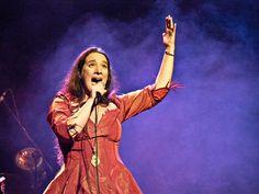 Dulce Pontes actuó el jueves en el Teatro Nuevo Apolo de Madrid y enamoró al público de la capital con el espectáculo único de su prodigiosa voz.