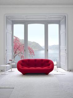 un joli canapé gonflable rouge pour le salon avec murs blancs