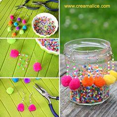 Idée {DIY} toute mimi ultra rapide pour réaliser de jolies petites boucles d'oreilles fantaisies décorées de perles et pompons aux couleurs très flashy.