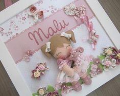 Enfeite de Porta Bonequinha Rosa Baby Crafts, Felt Crafts, Diy And Crafts, Baby Deco, Sewing Case, Photo Boxes, Garden Wedding Decorations, Little Boy And Girl, Button Art