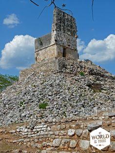Vaak zijn we de tweede of derde toerist die dag. We dwalen in de hitte van de brandende middagzon over een net aangelegd zand- of grindpad langs overblijfselen van gebouwen, die hier een stuk slechter zijn gerestaureerd dan in Uxmal en Chichen Itza. #Labna #RutaPuuc #Mayas #Ruins