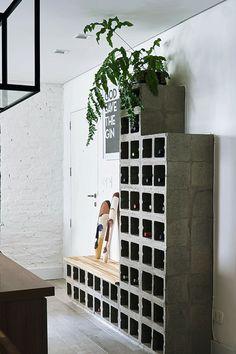 A decoração descomplicada de um apartamento de quem adora receber