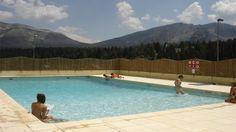Coup d'oeil sur la piscine extérieure en été, de la résidence Mona Lisa les Toits du Dévoluy, à Superdévoluy