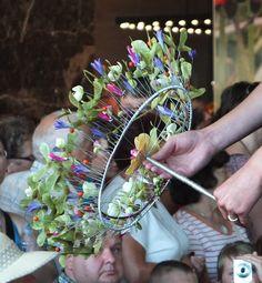 Draadboeket met bloemen erop gepind..