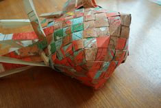 fläta Recycled Crafts, School Projects, Paper Shopping Bag, Origami, Recycling, Gift Wrapping, Knitting, Gifts, Inspiration